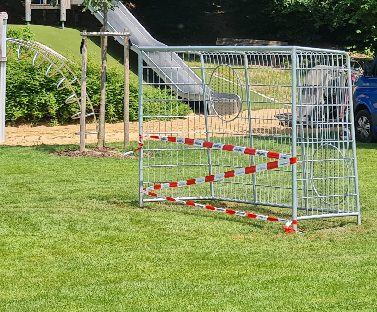 Fussballtor auf Schulwiese
